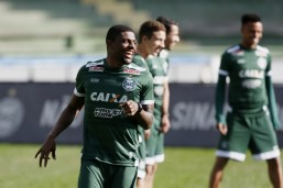 Abner ganha nova chance no time titular do Coritiba. Foto: Marcelo Andrade